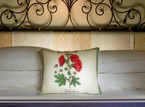 Monastero Santa Rosa Hotel & Spa: Bed detail