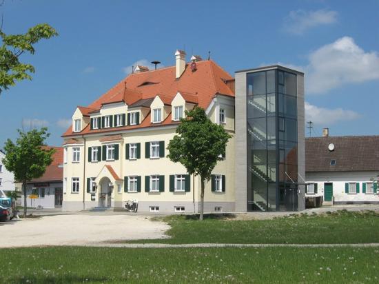 Braeustueble Altenmuenster: Ansicht Hotel mit Fahrstuhlturm