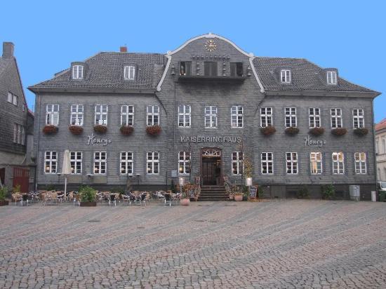 Henry's im Kaiserringhaus: Henry's as seen from main square