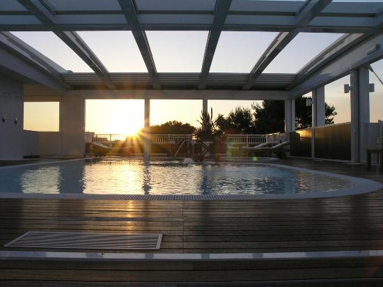 Aparthotel England: Piscina al tramonto