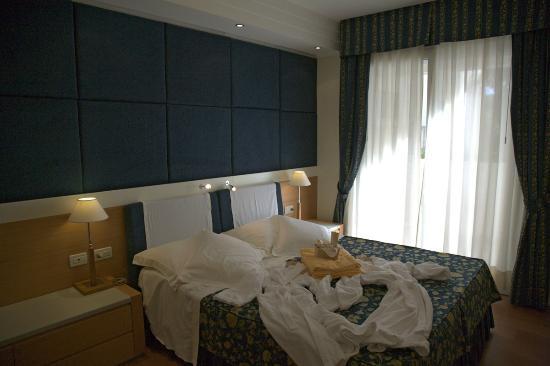 Aparthotel England: Camera da letto suite Executive e Superior B ed accappatoi
