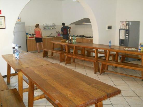 Ostello di Perugia: l'enorme cucina