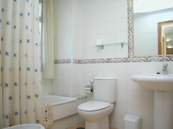 Apartamentos Coral do Mar II: BAÑO