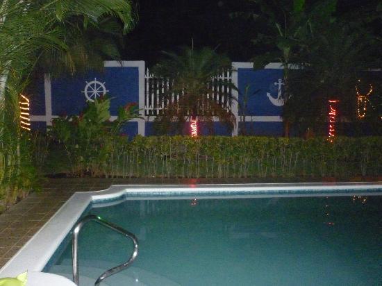 Viva Nicaragua Guest House: La piscine avec un éclairage très romantique