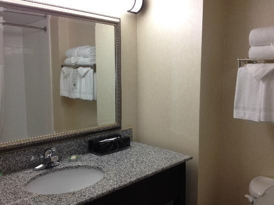 Country Inn & Suites By Carlson, Ontario at Ontario Mills: Bathroom