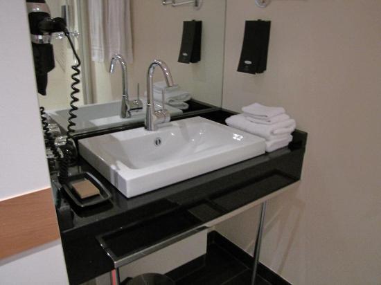 Schiefer Hotel: bathroom sink
