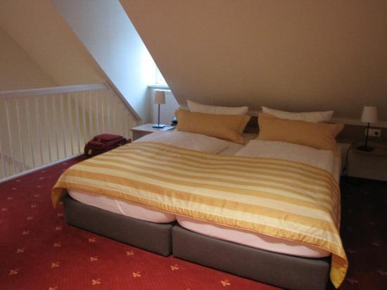 Schiefer Hotel: bed, upstairs