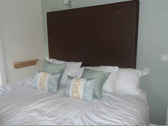 The Crown Hotel: kingsize bed