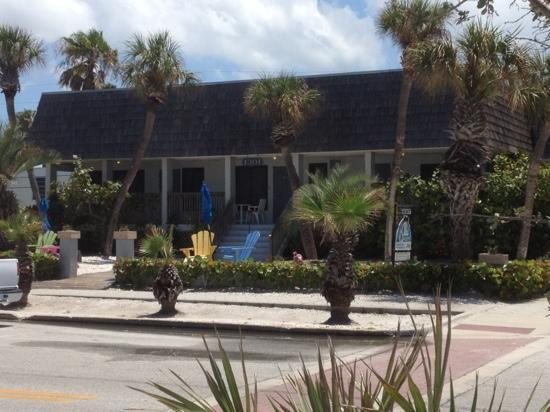 Sabal Palms Inn: front of inn looking from beach
