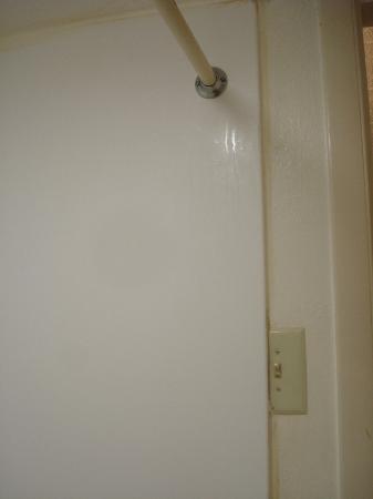 Econo Lodge & Suites: Dangerous light switch.