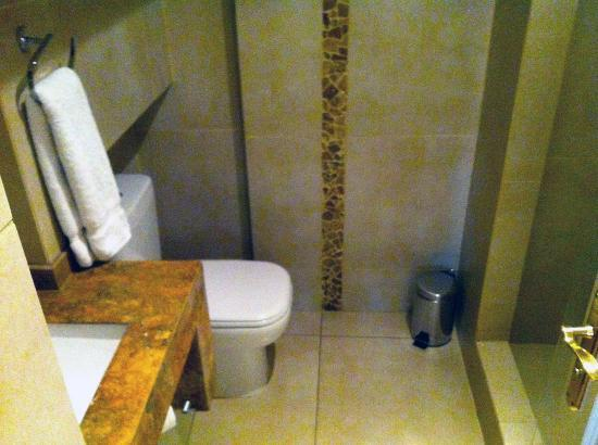Mito Casa Hotel: Modern bathroom with ample shower