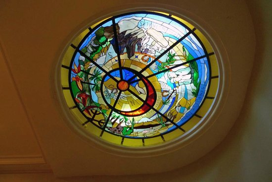 Mito Casa Hotel: Stained-glass skylight in the lobby stairs
