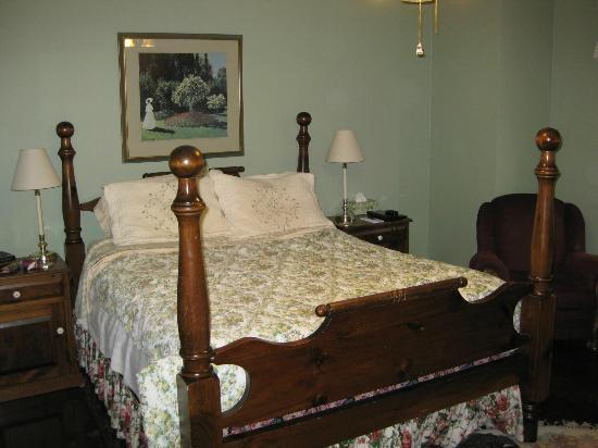 Abagales Victorian Bed and Breakfast : Our bedroom