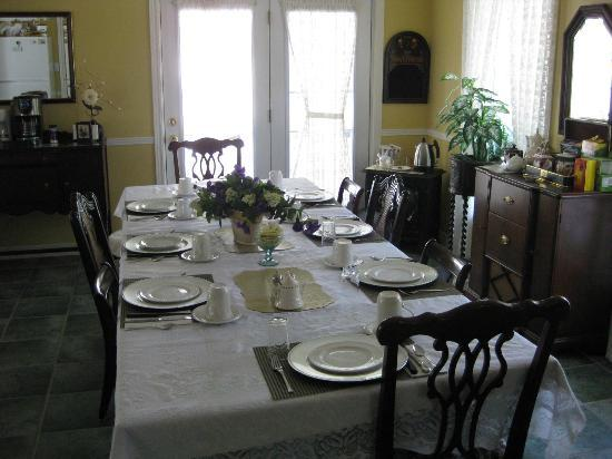 Abagales Victorian Bed and Breakfast : Dining room where breakfast is served