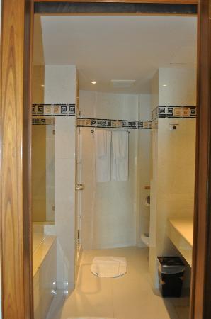 Rayaburi Beach Club Hotel : Bathroom