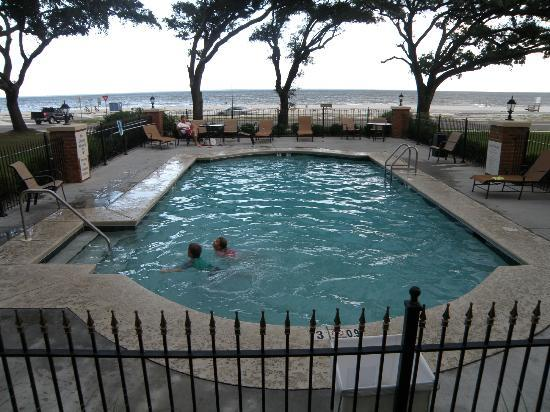 Holiday Inn Express Long Beach: The outdoor pool under Live Oaks with beach view.