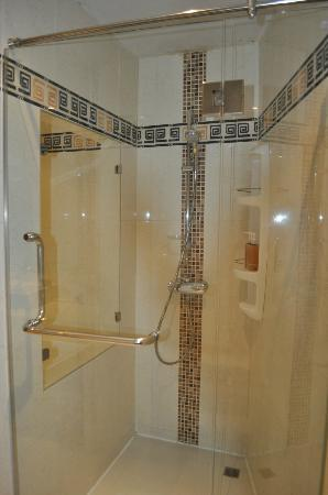 Rayaburi Beach Club Hotel : Shower Room