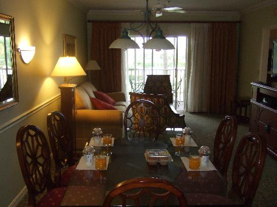 Sheraton PGA Vacation Resort Villas : Living area - anyone ready for breakfast?