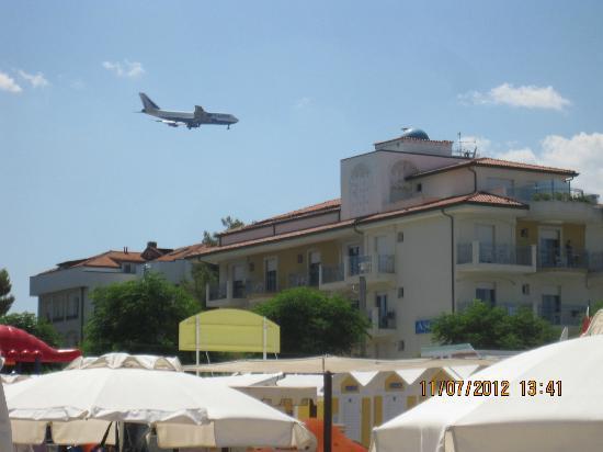 Hotel Ascot: Hotel visto dalla spiaggia con ospite aereo