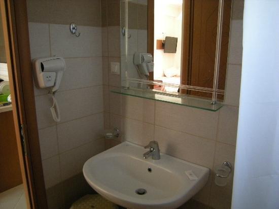 Robolla Beach: Hair dryer/mirror/sink