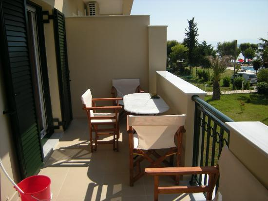 Robolla Beach: Large balcony with table and chairs