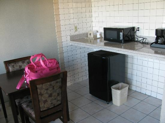 Super 8 Los Angeles-Culver City Area: kitchen