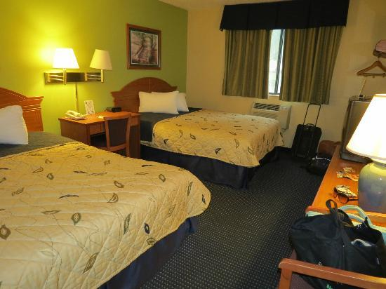 Super 8 Gainesville: Room with 2 queen beds, non-smoking