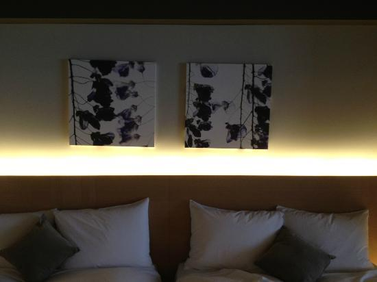 Hotel Kanra Kyoto: The artwork above the beds