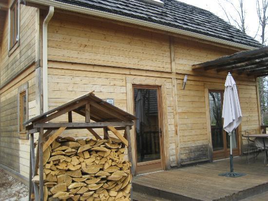 Ecologites - Le Bois de Faral : Entrée du chalet, reserve de bois