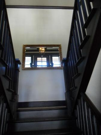 Hercules Inn: Looking Upstairs from main entry