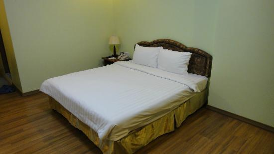 Best Western Green Hill Hotel: A large queen bed