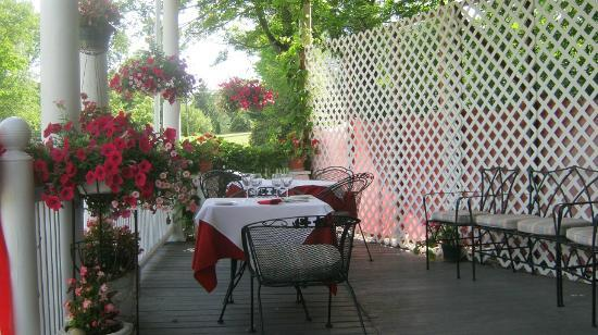 Deer Park Inn: Front porch dining