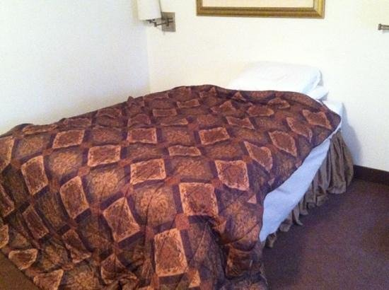 Vintage Block Inn & Suites: this is not a king! and there's no headboard or nightstand with a clock. it was just a bed, some