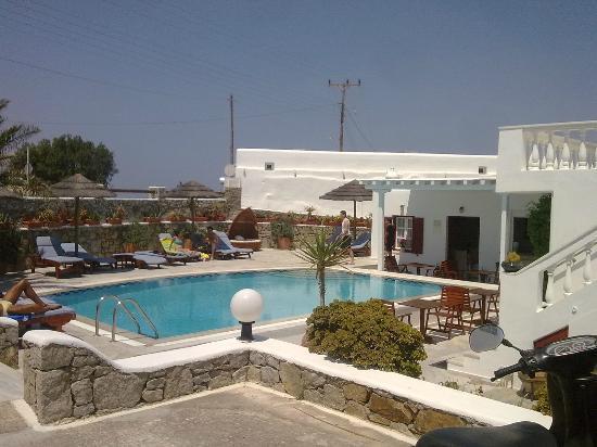 Domna Petinaros Apts Hotel Mykonos: piscina vista dalparcheggio