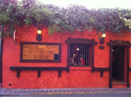 Fassade der eingeschossigen Tapas-Bar La Chimenea in La Linea