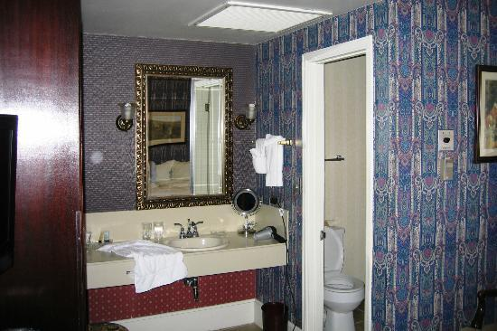 General Palmer Hotel: Bathroom area in Room 205