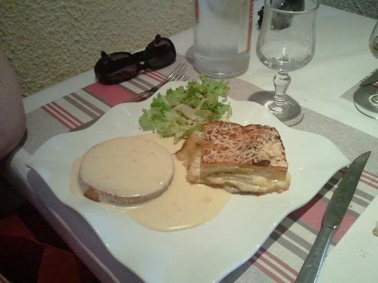 Le Vaucelles : Un plat de résistance avec sauce au fromage de la Région
