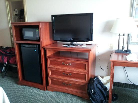 Clarion Hotel and Conference Center: Had a fridge, microwave and Flat panel TV.