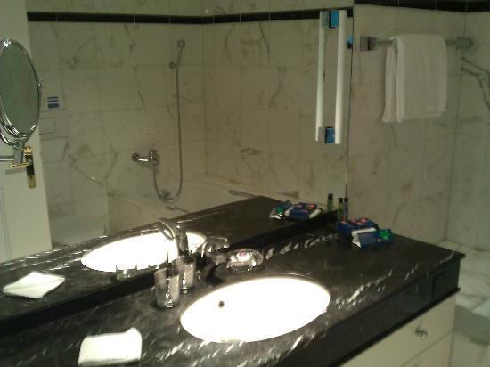 Villa Sassa Hotel, Residence & Spa : Salle de bains (sportgogo juillet 2012).