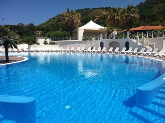 Cala Petrosa Resort: piscina lato mare