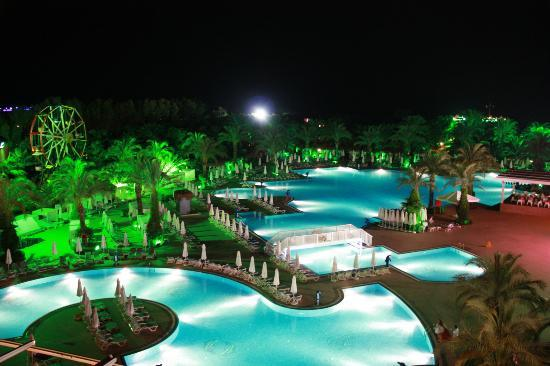 Delphin Palace Hotel: Pool area at night