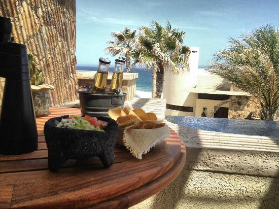 The Resort at Pedregal: Fresh guacamole and Coronitas brought to our room every afternoon