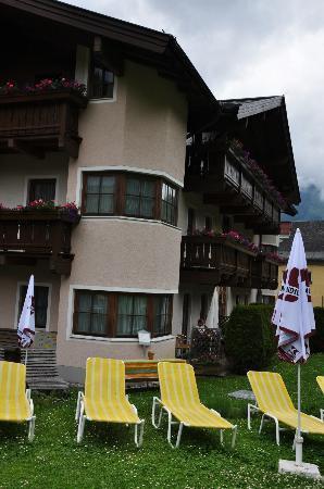 Hotel Stadt Wien: Liegewiese mit Rückansicht des Hotels