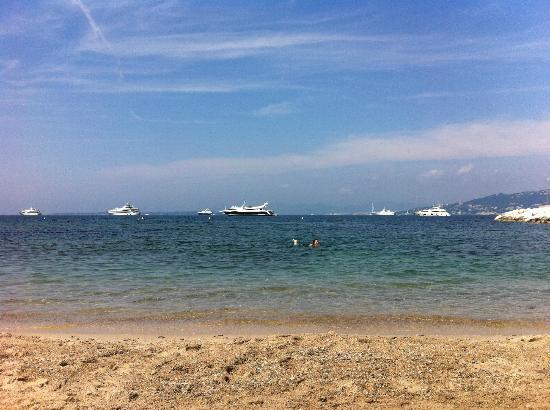 Cap d'Antibes Beach Hotel: Beach in front of the hotel