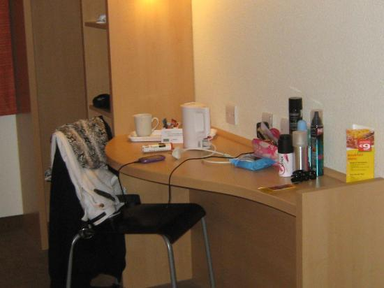 Ibis Dublin: DRESSING TABLE AND TEA/COFFEE FACILITIES
