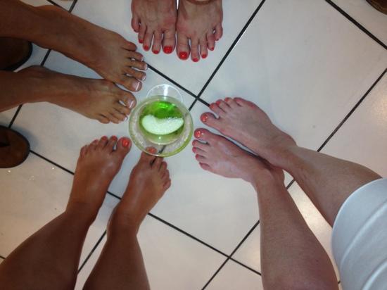 Nailtini Day Spa: appletini and Pedicures :)