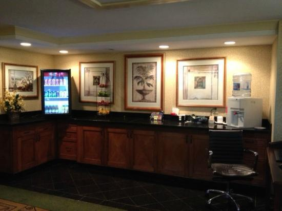 DoubleTree by Hilton San Jose: concierge lounge refreshments