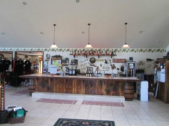 Buttonwood Grove Winery Cabins: Tasting room/store