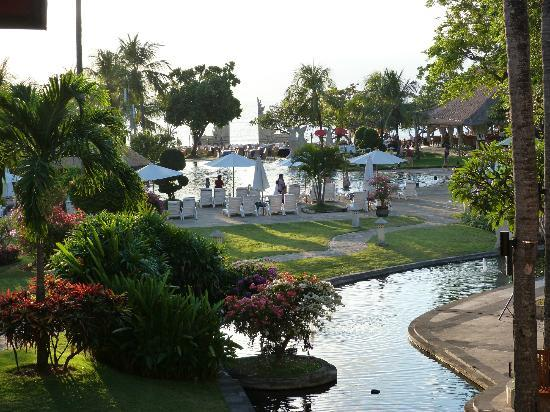 Discovery Kartika Plaza Hotel : Jardin vue sur la piscine et la plage