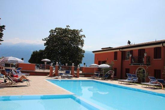 Bogliaco Hotel: la piscine et la nouvelle aile